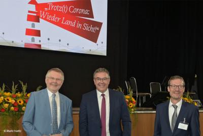 Bundesvorsitzender Andreas Hemsing mit Prof. Dr. Hans-Günter Henneke (Geschäftsführendes Präsidialmitglied des DLT, links) und Dr. Kay Ruge (Beigeordneter des DLT- Dezernat II, rechts). © Mark Frantz